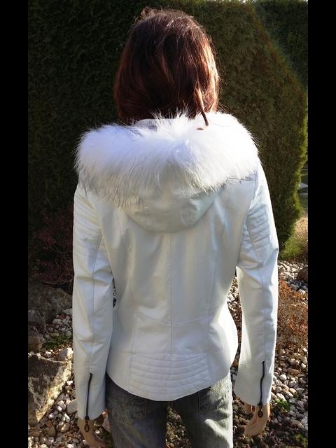 Laura 2 s kapucí