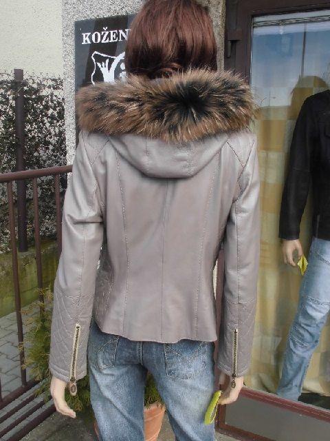 Vanesa 5 s kapucí