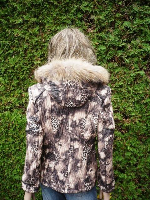 Zuzana 3 s kapucí
